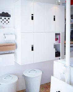 Almacenaje oculto con armarios de pared STUVA blancos y patas NIPEN grises