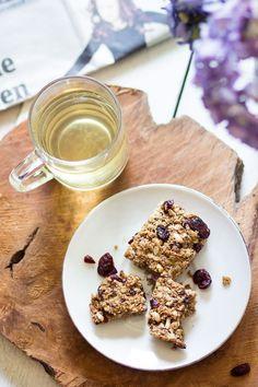 Ontbijtrepen met havermout en cranberries. Als je deze repen maakt, heb je gelijk ontbijt voor een aantal dagen. Of je hebt gelijk een lekker voedzaam tussendoortje, want als snack smaken deze repen ook goed!