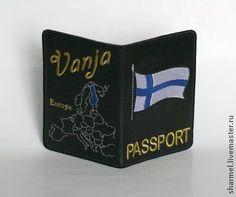 Обложка на загранпаспорт мужская вышитая `Финляндия`. Эффектная вышитая обложка для паспорта с флагом Финляндии и картой Европы.  Возможно исполнение такой обложки с флагом любой европейской страны.    Вышивка выполнена вискозой, золотом и серебром на иск.коже.