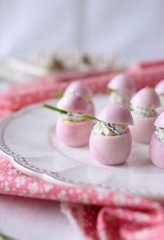 Marbled eggs with beetroot and stuffed with fresh goat cheese and chives © ChefNini Source Colored Deviled Eggs, Food Truck, Fingerfood Party, Pink Foods, Roasted Beets, Snacks, Appetisers, Beetroot, Food Design