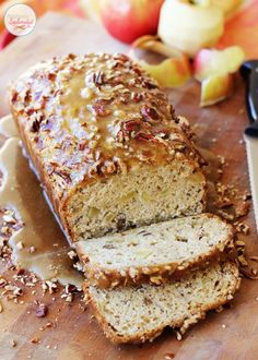 Apple praline bread recipe--spiced quick bread recipe with apples, drizzled with a praline glaze and topped with pecans. A fall bread recipe favorite! Quick Bread Recipes, Apple Recipes, Cooking Recipes, Apple Praline Bread, Pecan Cheesecake Squares, Strawberry Banana Bread, Blueberry Oatmeal, Muffins, Brunch