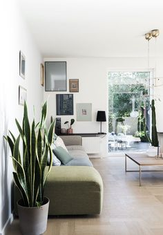 La Maison d'Anna G.: Blues and greens and some purple - nice picture wall idea for a narrow wall