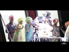 Wuppertaler Bühnen: DIE LIEBE ZU DEN DREI ORANGEN - Trailer Spielzeit 2015/16   Filmproduktion Siegersbusch Wuppertal 2016 Oper von Sergej Prokofjew Hypochondriotisch verschleimte Melancholie wird die Diagnose für die Gemütslage des Prinzen lauten. Und jeder empfiehlt ein anderes Gegenmittel: Gebt Komödien Tragödien Zerstreuung Rausch und Spiel! Die Welt sei Liebe Lyrik und erhabene Philosophie! Doch nichts wird den Prinzen von seiner finsteren Grundstimmung befreien. Erst eine absurde…