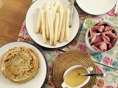 Espárragos blancos frescos con jamón cocido y crepes salados con salsa holandesa.