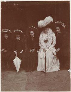 Empress Alexandra Feodorovna cercada por seus filhas as Grand Duchesses Marie Nikolaevna, Anastasia Nikolaevna, Tatiana Nikolaevna e Olga Nikolaevna, no Pavlovsk Park, em 1909.