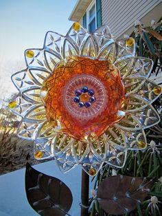 Ideal Garden Tools For The Green Thumb Dyi Flowers, Glass Garden Flowers, Glass Plate Flowers, Glass Garden Art, Flower Plates, Ceramic Flowers, Faux Flowers, Recycled Art, Recycled Glass