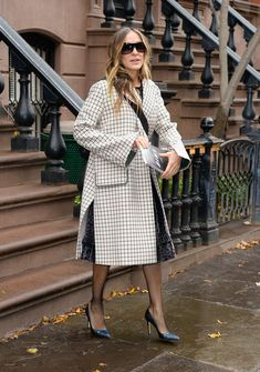 Sarah Jessica Parker's Latest Accessory Proves She's a Consummate New Yorker - The actress stepped out in New York City carrying her favorite novel. Sarah Jessica Parker, Street Style Summer, Casual Street Style, Parker Coat, Vogue, Famous Girls, Kendall Jenner Outfits, Carrie Bradshaw, Celebrity Look