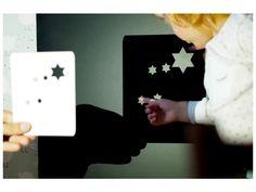 POZNÁVACÍ SADA – Malý hvězdář. Poznávací sada Malý Hvězdář originálním způsobem seznamuje děti s nejznámějšími souhvězdími. Stačí prosvítit proříznuté hvězdičky a rázem je v pokojíčku noční obloha. Kartičky se souhvězdími lze vzít s sebou i ven a zpestřit si pozorování nebe hledáním souhvězdí pro dané roční období. … Origami, Polaroid Film, Cards, Origami Paper, Maps, Playing Cards, Origami Art