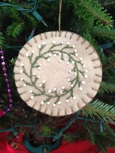 ideas embroidery stitches wool penny rugs for 2019 Felt Christmas Decorations, Christmas Ornaments To Make, Christmas Sewing, Christmas Embroidery, Felt Ornaments, Christmas Projects, Felt Crafts, Handmade Christmas, Holiday Crafts