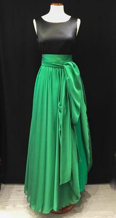 Espectacular #falda de #muselina que acentua el movimiento con una delicadeza exquisita. ¡Ya en #eugeniasantiago!#noviasbarcelona #vestidoverde #faldavuelo #vestidofiesta
