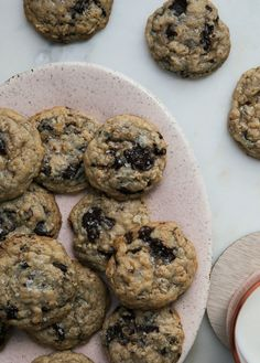 These easy Oatmeal Chocolate Chip Cookies are the best! They're flaked with rolled oats, dark chocolate and a sprinkling of sea salt on top. Cookie Desserts, Just Desserts, Delicious Desserts, Oatmeal Chocolate Chip Cookies, Chocolate Chips, Summer Cookies, Pumpkin Cookies, Cookie Dough, Cookies Et Biscuits