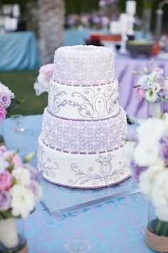 LOVE the patterns on this cake! It would be so nice in a subtle pink and white ;)