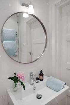 Fint med rund spegel i badrummet.: