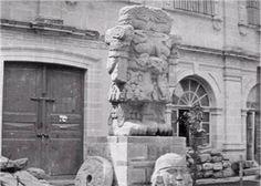 Esta es la diosa Coatlicue descubierta en 1790, y que por muchos años permaneció en una esquina del claustro de la Pontificia y Nacional Universidad de México. En esta imagen aparentemente de la época de Maximiliano, 1864-1867, se muestra ya en el patio del Museo junto con otras piezas pero aún sin localizarlas de manera definitiva.