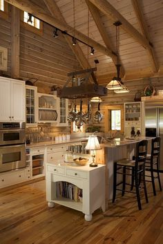 53 Sensationally rustic kitchens in mountain homes - Kitchen - Home Sweet Home Log Cabin Kitchens, Log Cabin Homes, Rustic Kitchens, Log Cabins, Kitchen Rustic, Wooden Kitchen, Gold Kitchen, Barn Homes, Country Chic Kitchen