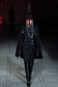 Gareth Pugh - Fall 2015 Ready-to-Wear - Look 3 of 39 My comment : good and sharp too. But I hope, next time he won't use that hat and that kind of make up. It's kinda creepy (for me at least)