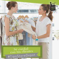 Haz sentir bienvenido a tu cliente con un saludo y permite que conozcan tu tienda por sí solos. Recuerda que además de ser amable, es importante no hacerlos sentir presionados.