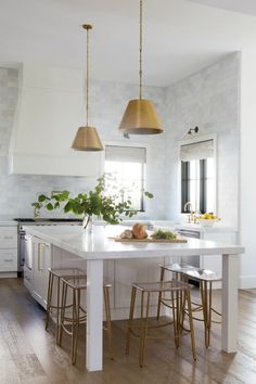 HELLO LOVELY, beautiful design inspiration from Jaimee Rose Interiors in this celebration of black & white modern farmhouse style in Arizona. Classic Home Decor, Classic Interior, Classic House, Modern Interior, Interior Design, White Farmhouse Exterior, Modern Farmhouse Decor, White Marble Bathrooms, Style Me Pretty Living