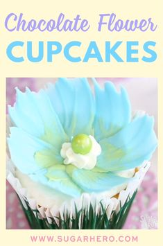 Chocolate Flower Cupcakes Video Chocolate Flower Cupcakes - so beautiful and so easy to make! You need just a few minutes to whip up these gorgeous springtime cupcakes. Perfect for Easter too! Cupcakes Flores, Flower Cupcakes, Cupcake Videos, Cupcake Recipes, Spring Desserts, Mini Desserts, Cake Decorating Videos, Cookie Decorating, Mini Cakes
