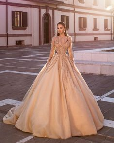 Os vestidos bege mais delicados da noite no baile, estilos casuais – … – Fashion Trends 2020 Modadiaria 每日时尚趋势 2020 时尚 Ball Gown Dresses, Event Dresses, Wedding Party Dresses, Prom Dresses, Formal Dresses, Formal Wear, The Dress, Pink Dress, Golden Dress