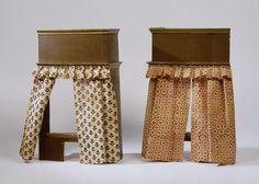 Anonymous   Gordijn voor bedstede, van bedrukte katoen., Anonymous, c. 1690 - c. 1710   Gordijn voor een bedstede, vervaardigd van bedrukte katoen met een gestileerd motief van ranken en rozetten in bruin-rood op een witte achtergrond. Het gordijn hangt met banden, die door koperen ringen zijn gehaald, aan een koperen roede met oog aan één zijde. Door de ringen beurtelings gedraaid aan de roede te schuiven ontstaan plooien.