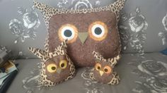 Lately I have gone a bit owl overboard.  The big one is a cushion, the littles ones are filled with rice. I ironed the bits on with vliesofix before sewing them in place