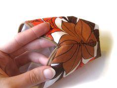 Monet ovat kyselleet, miten näitä vetoketjullisia pussukoita teen, joten nyt vihdoin sain tehtyä kuvallisen opastuksen siitä miten itse teen... Sewing Tutorials, Sewing Projects, Fabric Bags, Quilted Bag, Zipper Pouch, Handicraft, Cuff Bracelets, Diy And Crafts, Monet