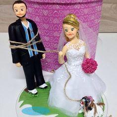 Arrastado para o casamento 😱😮😯😜😂❤️❤️❤️❤️ #noivinhospersonalizados #topodebolocasamento #noivinhosamarrados #noivoamarrado #noivogremista #grêmio #buquerosa #noivas #noivaloira #noivinhosdiferente #cachorros #noivinhoscachorrinho #noiva #noivos #noivado #noivinhoshobby #noivinhosfutebol #noivojogadordefutebol #noivinhoscaraarteembiscuit #topodebolo #topodebolodiferente #topodebolopersonalizado #casamento #wedding #universodasnoivas