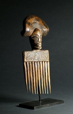 Peigne Tchokwe de style moxico Tribal Hair, Art Tribal, Africa Tribes, Afro Comb, Afro Pick, Afrique Art, Statues, Art Premier, African Culture