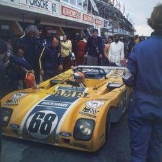 24 HORAS DE LE MANS, 1972 - Estamos asistiendo al debut de Alain de Cadenet en la prueba. Para ello se asegura el patrocinio de la petrolera británica Duckhams y le encarga al ingeniero del equipo Brabham de F1, Gordon Murray, que le diseñe un prototipo que acoja como propulsor un Cosworth DFV. Murray realiza el proyecto en casa por las noches, ya que temía la ira de su jefe de filas, Bernie Ecclestone, e incorpora las novedosas suspensiones del Brabham. (© LAT Photographic / Le Mans…