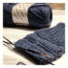 """Was Kleines für zwischendurch 🥰 kann ich super in die Tasche packen und im Zug oder Bus weiter Stricken.  Nehmt Ihr Eure Sachen auch immer mit? Die Anleitung ist von @schachenmayr """"Socken im Mustermix"""" • • [ᵂᴱᴿᴮᵁᴺᴳ/ᵁᴺᴮᴱᶻᴬᴴᴸᵀ] • • #pinkcastlediy #selbermacherin #diyblog #diyblogger #diyblogger_de #germanblogger #germanblog #diy #selbermachen #creativelife #crafting #doityourself #stricken #sockenwolle #schachenmayr #mustermix #sockenstricken Diy Outfits, Lila Pause, Pink Castle, Paracord, Knitted Hats, Couture, Knitting, Designs, Ideas"""