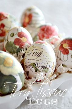 Make beautiful decoupage easter eggs. Super easy and even if you are not crafty you can do this beautiful diy! Decoupage Easter Eggs are so pretty! Easter Projects, Easter Crafts, Craft Projects, Easter Decor, Easter Ideas, Easter Centerpiece, Spring Crafts, Holiday Crafts, Diy Ostern