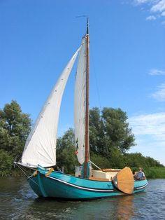 "Speurders.nl: Prachtig Skutsje / Tjalkje ""Ziet Op U Zelve"" Cool Boats, Small Boats, Yacht Design, Boat Design, Sailing Dinghy, Sailing Ships, Dutch Barge, Classic Yachts, Boat Projects"