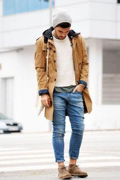 Den Look kaufen:  https://lookastic.de/herrenmode/wie-kombinieren/parka-pullover-mit-rundhalsausschnitt-t-shirt-mit-rundhalsausschnitt-jeans-chukka-stiefel-muetze/847  — Graue Mütze  — Weißer Pullover mit Rundhalsausschnitt  — Dunkelgrünes T-Shirt mit Rundhalsausschnitt  — Blaue Jeans  — Braune Chukka-Stiefel aus Wildleder  — Beige Parka