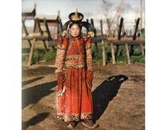 """В Монголии праздник """"8 марта"""" был отменён в 1995 году. Официально женский день празднуется первого июня как """"День материнства и детства"""", однако, жители страны упорно не признают новый день и предпочитают отмечать его именно восьмого марта. В феврале 2003 года министерство труда и социальной защиты Монголии внесло в правительство предложение вновь объявить с этого года 8 марта государственным праздником. И заодно сделать этот день выходным. Ответа от правительства пока не последовало."""