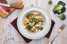 Gli spaghetti integrali con ricotta broccoletti e speck croccante sono uno sfizioso primo piatto, un mix di sapori irresistibile!