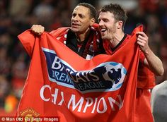 Rio Ferdinand and Michael Carrick celebrate Michael Carrick, Rio Ferdinand, Social Games, Manchester United, Madness, The Unit, Japanese, Seasons, Celebrities