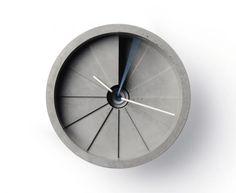 Deze vierdimensionale klok werd uit één stuk gemaakt door 22designstudio.