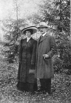 From Wikiwand: Marie og Knut Hamsun ca. 1909