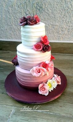 Biela, fialová, ružová, nádherné farebné prechody... svadobná torta od IvkaP.   Tortyodmamy.sk