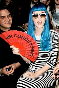 OldWIG Happening Vintage Photoshoot Inspiration KATY PERRY The eclectic star makes a literal fashion statement, cooling down at the Jean-Charles de Castelbajac runway show. Shooting Photo Vintage, Air Conditioning Fan, Fan Image, Katy Perry Photos, City Style, Photoshoot Inspiration, Bago, Rolling Stones, Celebrity News
