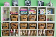coloca cajas en una estantería para tener los muñecos organizados. también puedes poner los juegos de mesa.