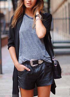 Gilet noir + T-shirt + Short en simili-cuir noir + Ceinture