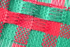 En telar, algunos llaman a estas vainillas punto panal. Muy lindas para decoraciones sutiles en las prendas.