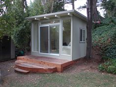 Backyard Eichlers -- mid-century modern sheds, Eichler house style - Retro… Outdoor Office, Backyard Office, Backyard Studio, Modern Backyard, Garden Studio, Backyard Cottage, Backyard Sheds, Prefabricated Sheds, Shed Office