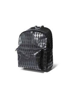 Still de mochila preta com estampa karl