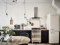 my scandinavian home: A dramatic Swedish space with black walls Home Interior, Kitchen Interior, Interior Design, Interior Modern, Bathroom Interior, Sweet Home, Kitchen Dinning, Kitchen Decor, Smeg Kitchen