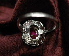 Bagues anciennes / Art déco / Bague en or gris et platine, brillants et rubis birman certifié.