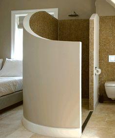 Douchegedeelte zolderkamer met ronde wand in Bed and Breakfast Villa Oldenhoff na STIJLIDEE Interieuradvies en Styling via www.stijlidee.nl