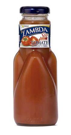a partir de una selección de los mejores tomates se ha elaborado el zumo natural de Lambda, que no contiene azúcares añadidos y viene envasado en una botella de vidrio para preservar intactos su sabor y aroma